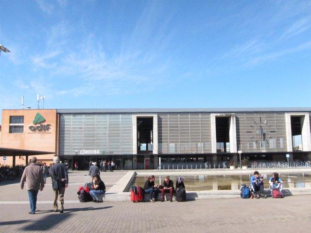 Viajeros ante la Estación de Córdoba