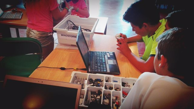 Un chico en un taller de robótica