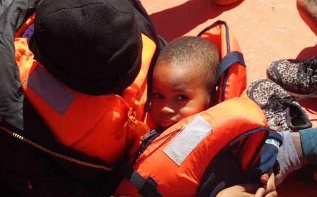 Niño rescatado por Salvamento Marítimo