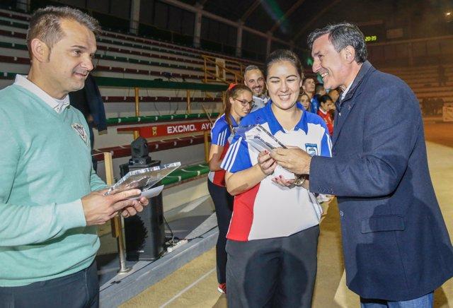 Mañanes entrega el premio a Judith Bueno y Óscar González