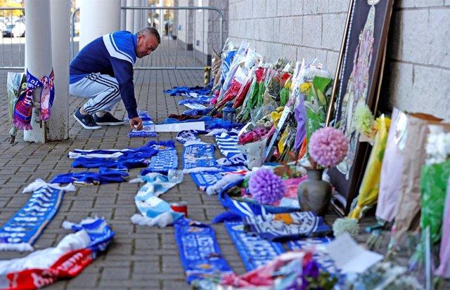 Homenaje improsivado tras el accidente del helicóptero del dueño del Leicester