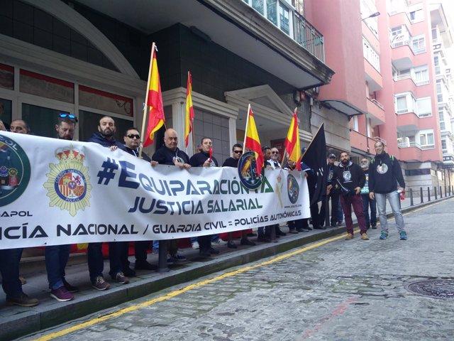 Concentración de Jusapol en la sede del PSOE