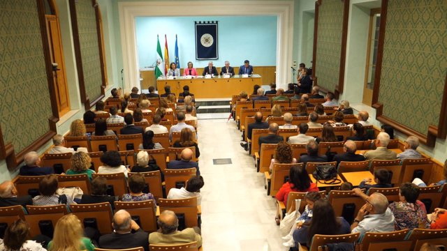 El salón de actos de la UNED se llenó de público para inaugurar el nuevo curso.