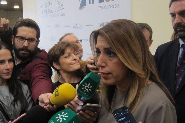 La presidenta de la Junta, Susana Díaz, atiende a los periodistas.