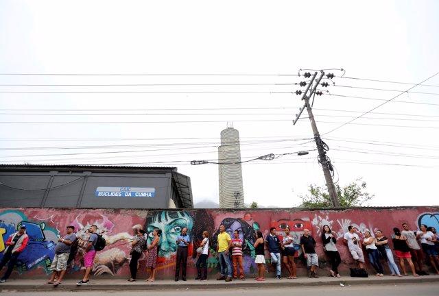 Cola en un colegio electoral de Brasil