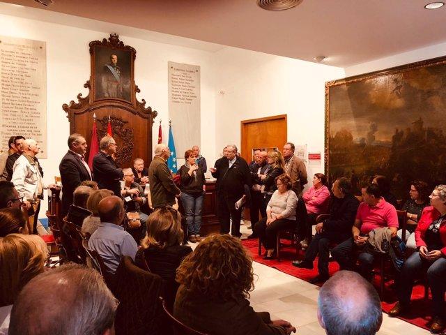 Alberto Garre con los los lorquinos encerrados en el Ayuntamiento