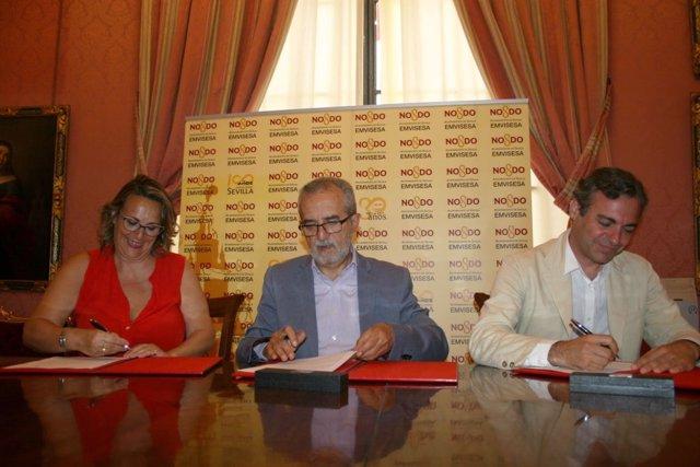 Firma de convenio del Ayuntamiento de Sevilla con la asociación Abrázame