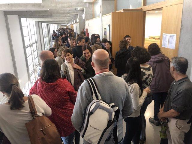 Asiprantes entrando a las aulas para realizar las pruebas de oposición-concurso