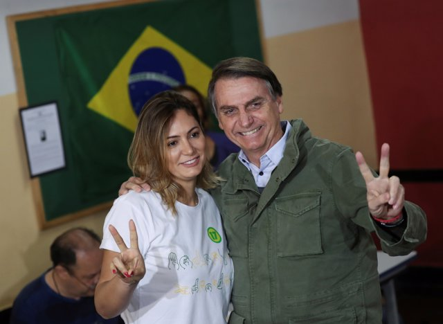 Jair Bolsonaro vota junto a su esposa en las elecciones presidenciales