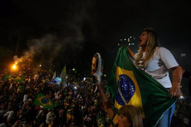 Seguidores de Bolsonaro salen a la calle para celebrar su victoria.