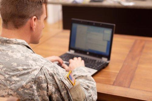 Soldado con ordenador portátil, recurso