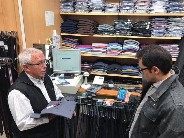 Un cliente usa Viba.Barcelona en una compra en el barrio de Sant Antoni