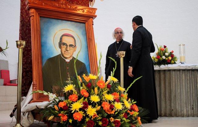 Foto de monseñor Óscar Romero durante una misa.