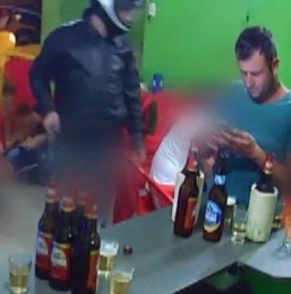 Atracan un bar en Brasil y un cliente no se entera porque está distraído con su móvil