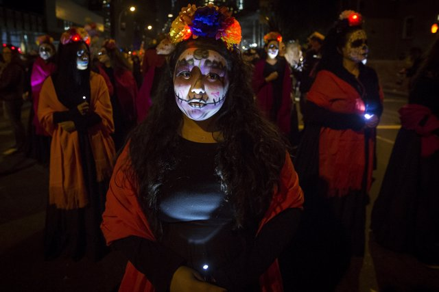 Mujer mexicana vestida para el Día de Muertos