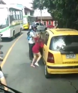 Paliza a una mujer colombiana