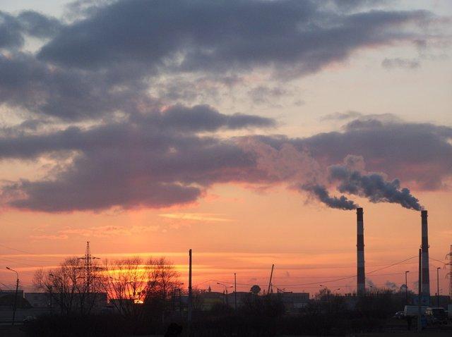 Fábrica contaminante.