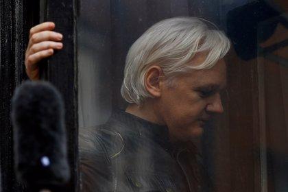 """Assange denuncia que Ecuador busca """"violar"""" su asilo y entregarlo a EEUU"""