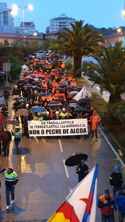Unas mil personas se manifiestan en A Coruña contra el cierre de la planta de Alcoa