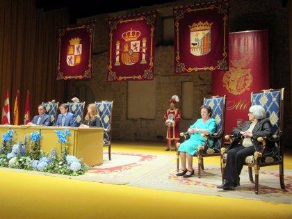 """La Asociación de Enfermos de Alzheimer y la pintora Isabel Villar recogen con """"honor"""" las Medallas de Oro de Salamanca"""