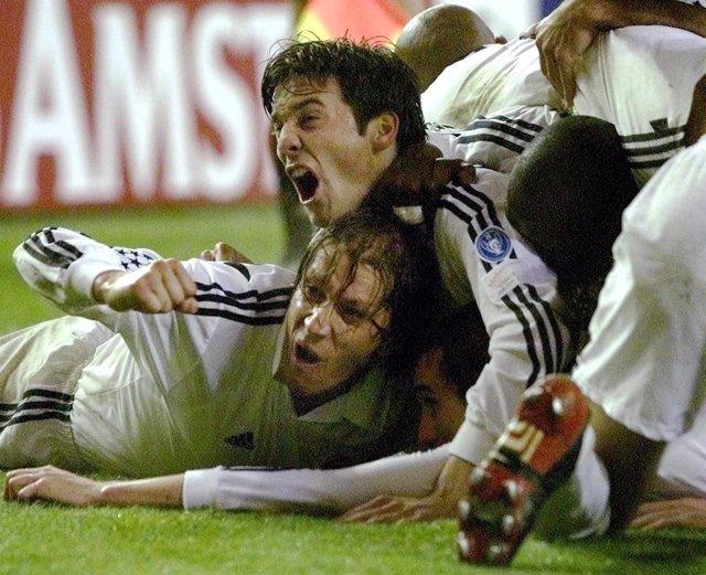 Los jugadores del Real Madrid celebran el gol de Helguera ante el Bayern en 2002