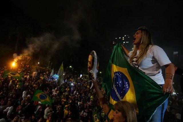 Seguidores de Bolsonaro salen a la calle para celebrar su victoria
