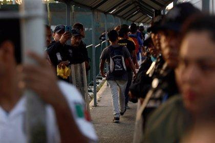 Dos migrantes hondureños disparan contra policías federales en el sur de México