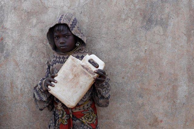 Una niña espera para conseguir agua en Kenia