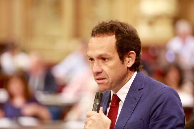 Marc Pons en el pleno del Parlament