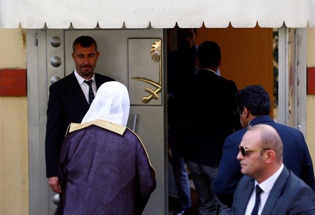 El fiscal general de Arabia Saudí visita el consulado en Estambul