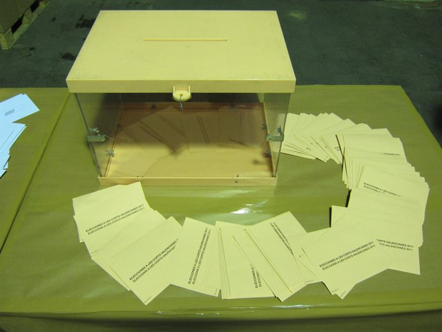 Urna y papeletas (archivo)