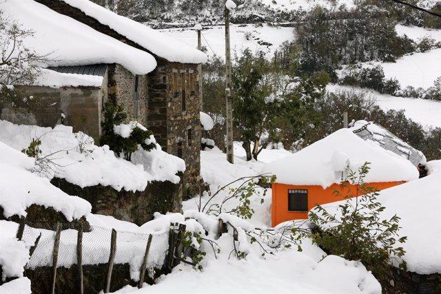 Imágenes de la Unidad Militar de Emergencia ayudando en Asturias por las nevadas