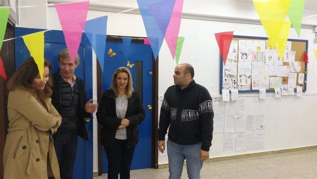 La alcaldesa, acompañada por el director del centro y la delegada de Educación.