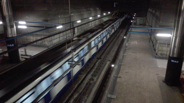 Tren en la nueva estación en construcción de Metro en Arroyo Fresno