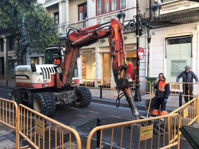 Escavadora en las obras de la calle Don Jaime I, lateral