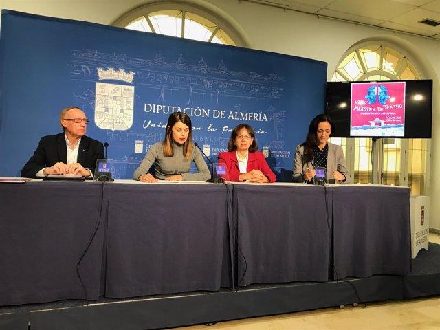 La diputada Ángeles Martínez y la alcaldesa de Valor, presentando la muestra.