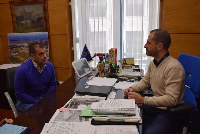 El alcalde de Siero suscribe el contrato para urbanizar una calle