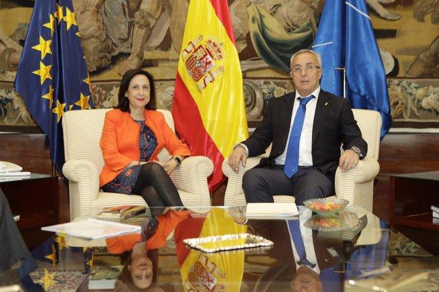 Margarita Robles y Alejandro Blanco en una reunión en el Ministerio