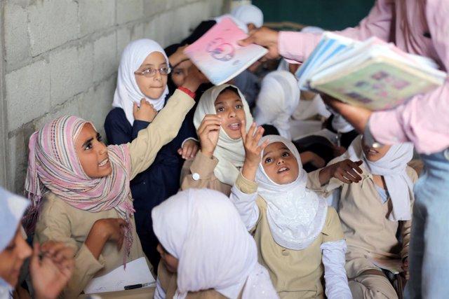 Niños en un colegio improvisado de Taiz