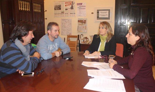 REunión de Cristina Honorato y Eva Oliva con bomberos