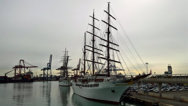 El Sea Cloud, uno de los veleros atracados en el recinto valenciano