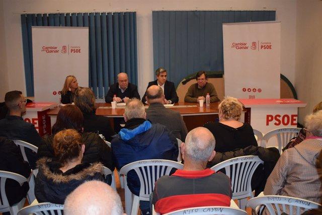 Pablo Zuloaga con militantes y simpatizantes del PSOE de Valles Pasiegos