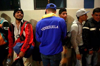 Al menos 6.000 venezolanos pugnan por entrar en Perú antes de que finalice el plazo que regula su estadía en el país