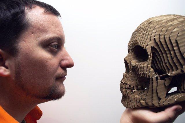Hombre y cráneo, cara a cara