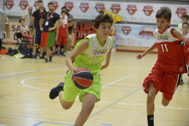 Niños practicando deporte, baloncesto