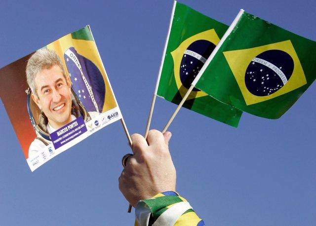 Bandera con la imagen del astronauta brasileño Marcos Pontes