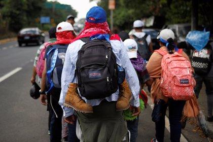 Una nueva caravana con 2.000 migrantes sale de El Salvador rumbo a EEUU