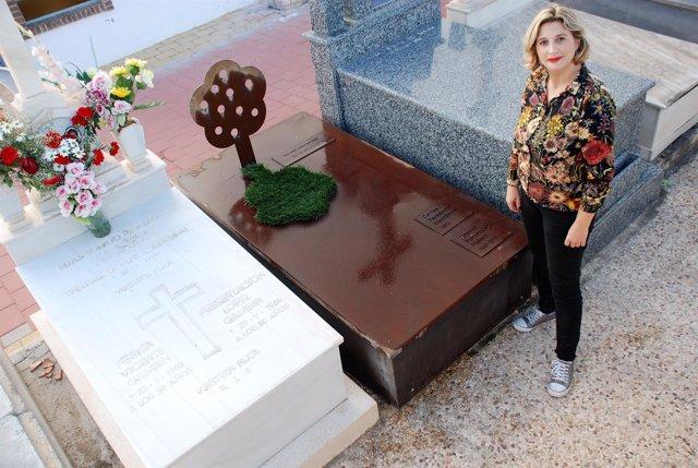 La arquitecta Mónica Martínez Vicente junto a la lápida de su familiar