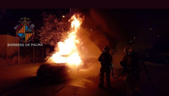 Un vehículo se incendia en el Polígono de Levante y la Policía consigue salvar otro coche cercano al suceso