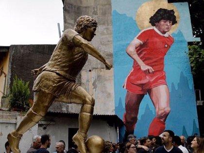 Homenajean a Maradona en Buenos Aires con una estatua y un mural